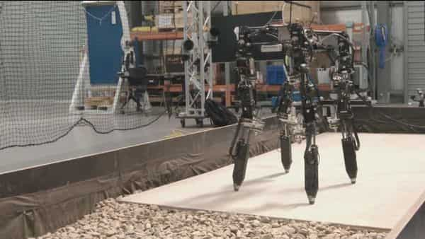 New robot can intelligently change body shape and leg length based on terrain